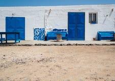 Casa blanca con las ventanas y las puertas y el piso azules de la arena Fuerteve fotografía de archivo libre de regalías