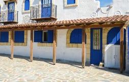 Casa blanca con los obturadores azules Imagen de archivo libre de regalías