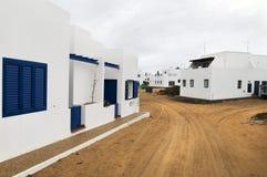 Casa blanca con tierra roja Fotos de archivo libres de regalías