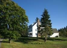 Casa blanca de Nueva Inglaterra con el pórtico Fotos de archivo libres de regalías