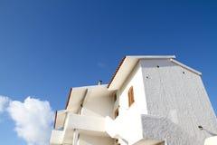 Casa blanca en cielo azul Fotografía de archivo