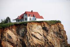 Casa blanca en el acantilado Fotos de archivo