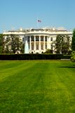 Casa blanca en el sol del resorte Imagen de archivo libre de regalías