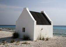 Casa blanca en la playa Foto de archivo libre de regalías
