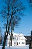 Casa blanca en nieve Foto de archivo libre de regalías