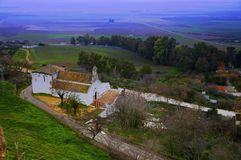 Casa blanca grande con el tejado anaranjado, valle ancho fotografía de archivo