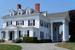 Casa blanca grande con las columnas Imagenes de archivo