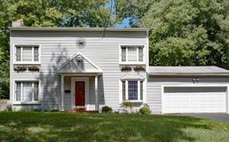 Casa Blanca llana con la puerta roja Fotografía de archivo libre de regalías