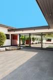 Casa blanca, patio Imagen de archivo