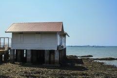 Casa blanca por el mar Imagen de archivo libre de regalías