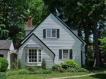 Casa blanca rodeada por los árboles Imagen de archivo