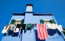 Casa blu con la riga della lavanderia Fotografia Stock