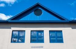 Casa blu del tetto Fotografie Stock