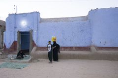Casa blu di Nubian al crepuscolo con i paesani immagine stock
