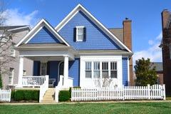 Casa blu di sogno di stile del Capo Cod Fotografie Stock