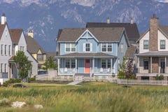 Casa blu di stile del cottage nell'alba Immagine Stock