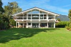 Casa bonita com jardim Fotografia de Stock Royalty Free