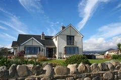Casa bonita com o jardim Imagens de Stock