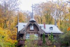 Casa bonita do outono na floresta com folhas e as árvores coloridas foto de stock royalty free