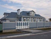 A casa bonita e as portas de madeira Imagem de Stock