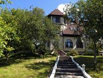 Casa bonita em um monte cercado por jardins fotos de stock royalty free