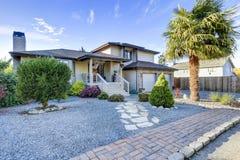 Casa bonita exterior com projeto agradável do lahdscape Imagem de Stock