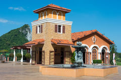 Casa bonita na frente da montanha Fotografia de Stock Royalty Free