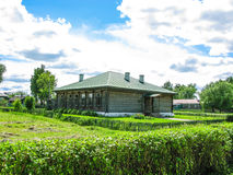 casa bonita no campo em um sol da manhã do verão Imagem de Stock