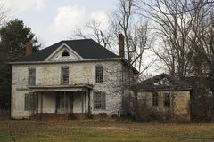 Casa branca abandonada Fotos de Stock