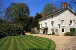 Casa branca bonita com jardim Foto de Stock