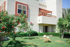 Casa branca bonita e ajardinar Fotografia de Stock