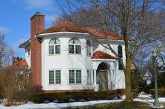 Casa branca bonita no inverno Imagens de Stock Royalty Free