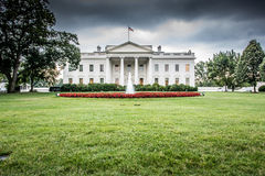 A casa branca com céus nebulosos Foto de Stock