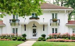 Casa branca com flores cor-de-rosa Imagens de Stock