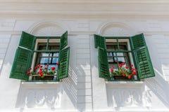 Casa branca com flores vermelhas Foto de Stock Royalty Free