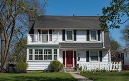 Casa branca com o balcão sobre patamar incluido fotografia de stock royalty free