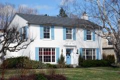 Casa branca com obturadores azuis Fotos de Stock Royalty Free