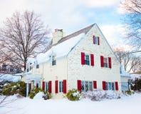 Casa branca com obturadores vermelhos Imagens de Stock