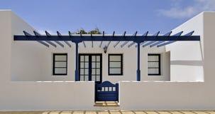 Casa branca com patamar azul Imagens de Stock