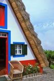 A casa branca com um telhado cobrido com sapê triangular Foto de Stock