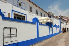 Casa branca e azul em Obidos em Portugal Fotos de Stock Royalty Free