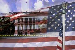 A casa branca e a bandeira americana, ambos os símbolos dos EUA Fotos de Stock Royalty Free