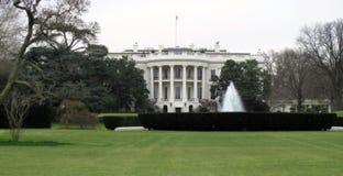 Casa branca em um dia nebuloso Imagem de Stock