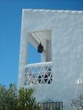 Casa branca espanhola, quadro por um céu azul bonito Fotografia de Stock