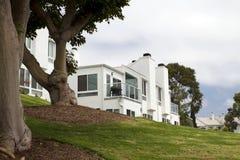 Casa branca moderna em um monte em Califórnia Imagem de Stock Royalty Free