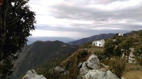 Casa branca na montanha verde imagens de stock royalty free