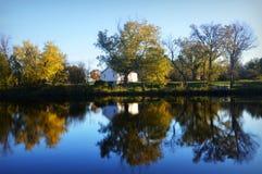 Casa branca no lago Foto de Stock