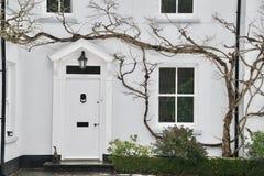 Casa branca: patamar da porta da rua e janelas de uma grande casa inglesa no inverno fotos de stock royalty free