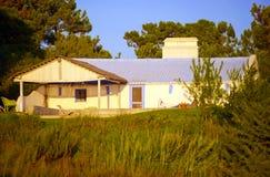 Casa branca pequena com telhado roxo, construção sul típica de Portugal, curso Europa Imagens de Stock Royalty Free