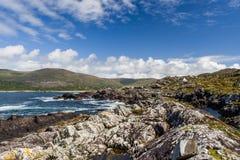 Casa branca só na baía de Derrynane Fotos de Stock Royalty Free